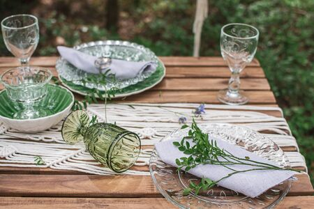 Wedding reception table with macrame tablecloth, decoration on a rustic wooden table Фото со стока - 127115220
