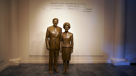 ronald reagan: SIMI VALLEY, CALIFORNIA, UNITED STATES - OCT 9, 2014: Statues of Ronald and Nancy Reaga at the Presidential Library Museum Editorial