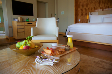 luxury apartment: SINGAPORE - JULY 23rd, 2016: luxury Hotel room with modern interior, a comfortable bed and an awesome view of the Marina Bay Editorial