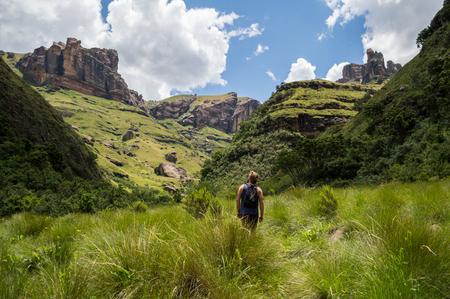 南アフリカ ドラケンスバーグ山脈の高い雑草の中でハイカー