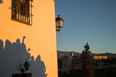 Shadows of People Gathering, Photographing, Watching Sunset Over Alhambra at the Old Moorish Quarter Albaic?n, Granada, Spain Imagens