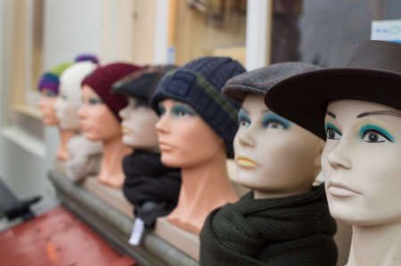 Mannequin Heads with Hats and Beanies in Veere, Zeeland, Netherlands Banque d'images
