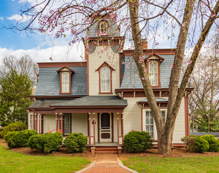 HICKORY, NC, USA-MARCH 30:  The Summie Propst House, restored by the Hickory Landmarks Society,  stands empty  on  an early spring day in March, 2018. The home recalls the late 19th century in a small, southern town. 에디토리얼