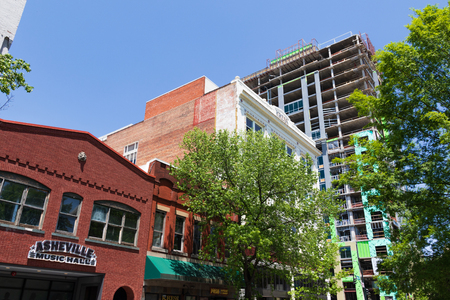 First the Northwestern Bank building, then the BB&T building, now the Arras, the tallest skyscraper in Asheville, NC, USA is undergoing a second makeover to house hotel rooms, two resaurants, and 54 condos. Standard-Bild - 103417982