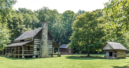 DOVER, TN, USA-30 JUNE 18: The main living cabine at The Homeplace, an 1850s working farm and living history museum, located on The Trace road, and  includes interpreters in period clothing, and artifacts and restored buidings. Banco de Imagens - 107180776