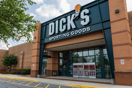 HICKORY, NC, USA-20 AUG 2018: A Dicks Sporting Goods store, one of over 600 in the U.S. 新聞圖片