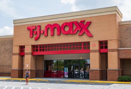 HICKORY, NC, USA-20 AUG 2018: A  T.J. Maxx store, one of more than 1000 in the clothing store chain. 新聞圖片