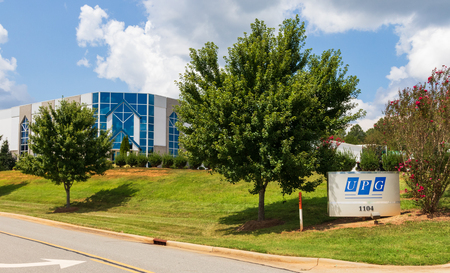 LINCOLNTON, NC, USA-9/2/18:  United Plate Glass, a fabricator and distributor of custom glass products.  Sign and building. Editoriali