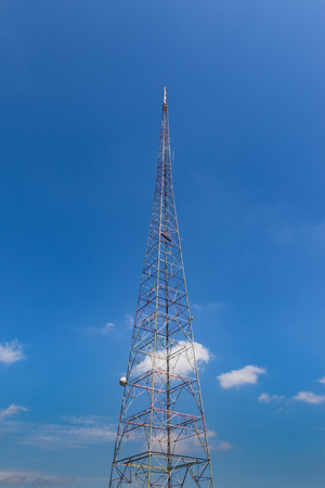 An old TV broadcast tower, against a blue sky. Imagens