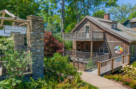 BLOWING ROCK, NC, USA,-23 AUG 2018: Edgewood Cottage, the home of Artist Elliott Daingerfield, managed by the Blowing Rock Historical Society, along with a separate Museum building. Editoriali