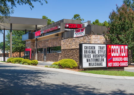 HICKORY, NC, USA-23 AUG 2018: A Cook Out restaurant, a privately-owned fast food chain located primarily in southeast USA. Stockfoto - 110321352