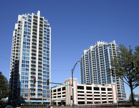 CHARLOTTE, NC, USA-103018: The Skyhouse Uptown Apartments, an upscale high-rise complex on Tryon Street. 新聞圖片