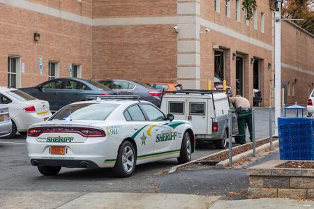 CHARLOTTE, NC, USA-110818: A Deputy Sheriff makes a traffic stop in uptown Charlotte. Sajtókép