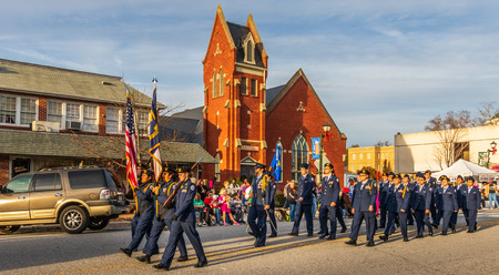 LINCOLNTON, NC, USA-112518: Members of the Lincolnton High School Jr. Air Force ROTC program march in Christmas parade. Редакционное