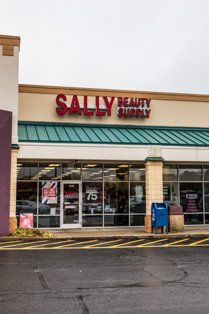 HICKORY, NC, USA-1319: Sally Beauty Supply is the worlds largest retailer of salon-quality hair color, hair care, salon and beauty supplies. 新聞圖片