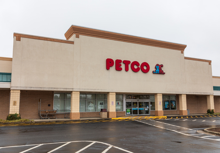 HICKORY, NC, USA-1319: Petco is a US chain retailer of pet food, supplies and services. 新聞圖片
