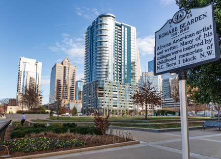 CHARLOTTE, NC, USA-1/8/19: Romare Bearden Park & informational sign about the artist for whom the park was named. Banque d'images - 117248466