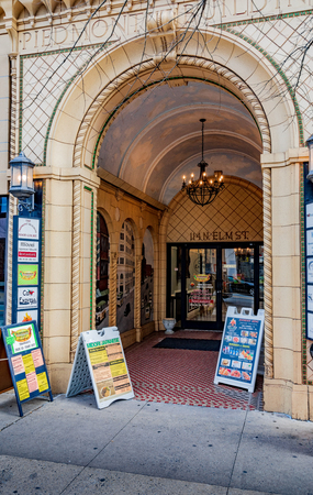 GREENSBORO, NC, USA-2/14/19: The archway entrance to the 1927 Piedmont building, at 114 N. Elm St. Éditoriale