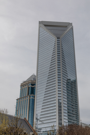 CHARLOTTE, NC, USA-3/16/19: The Duke Energy Center, with Legacy Union building to the left, in uptown Charlotte. Banque d'images - 119317052