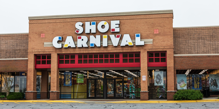 HICKORY, NC, USA-41319: A Shoe Carnival storefront in a strip mall.  Shoe Carnival is an American retailer of family footwear, founded in 1978. 新聞圖片