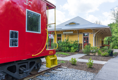 JONESBOROUGH, TN, USA-4/28/19: The museum in the old Chuckey train depot stands in Rowe Park, along with a red caboose. Zdjęcie Seryjne - 122361122