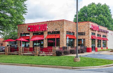 STATESVILLE, NC, USA-JUNE 19, 2019: A Cook Out restaurant, a privately-owned fast food chain located primarily in southeast USA. Redactioneel
