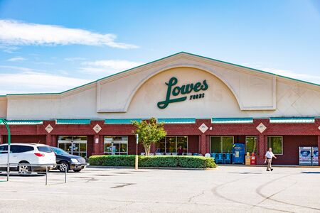 HICKORY, NC, USA-19 JULY 2019:  A Lowes Food grocery store, on 29th Ave. NE,  closing announced for the end of August, 2019. 報道画像