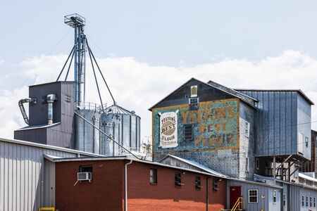 SPINDALE, NC, USA-27 jULY 19: Buildings, graineries, and sign of Yeltons Milling Co, aka Lakeside Mills, Inc. Redakční