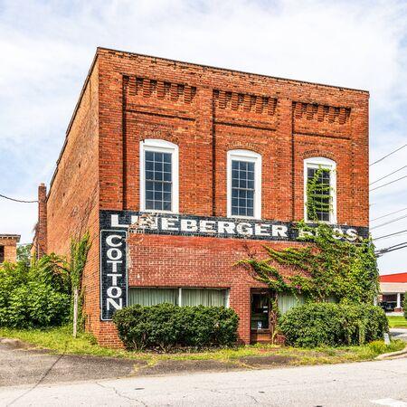 LINCOLNTON, NC, USA-9 AUGUST 2019: The Lineberger Bros. Cotton Mill Eureka Mfg. Company Cotton Mill office building Redakční