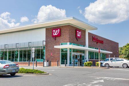 SHELBY, NC, USA-9 AUGUST 2019:  A Walgreens Pharmacy, bulding and parking lot. Redakční
