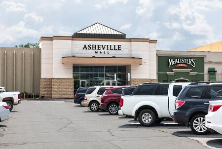 ASHEVILLE, NC,, USA-27 JULY 2019:  The main front entrance to the Asheville Mall, showing parking lot and cars. Redakční