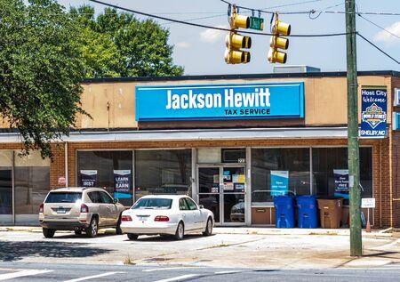 SHELBY, NC, USA-9 AUGUST 2019: An office of the Jackson Hewitt tax service. Redakční