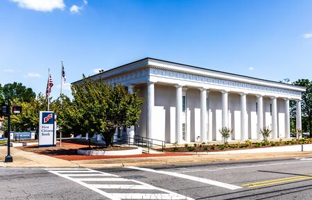 STATESVILLE, NC, USA-1 SEPTEMBER 2019: An elegant First Citizens Bank building exterior, 204 E. Broad Street. 報道画像