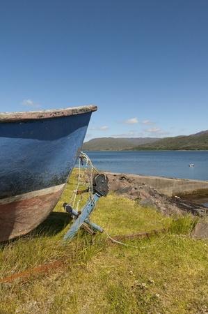 kiel: Keel van oude vissersboot en anker op Lochcarron