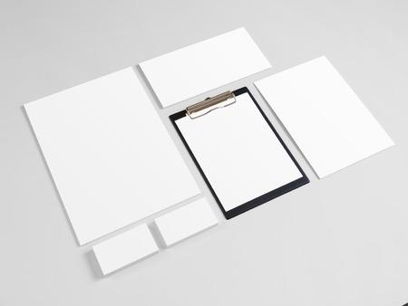 papeleria: artículos de papelería en blanco engastado con las tarjetas de visita y sobres. Modelo de la identidad corporativa maqueta.