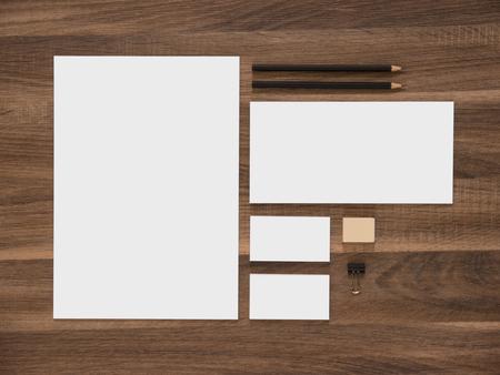 papírnictví: Branding mockup. Hlavičkový papír, obálky a prázdné vizitky. Jednoduchá korporátní design šablona prezentace. Reklamní fotografie