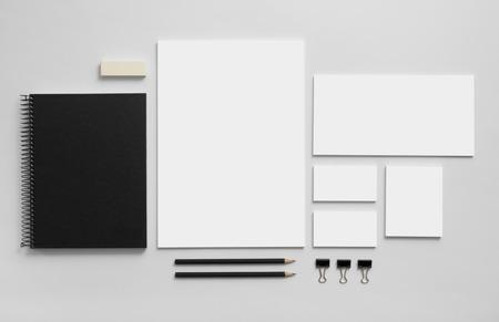 papírnictví: Modelářem obchodní značka šablona na šedém pozadí. Sada psacích potřeb s černou poznámek. Reklamní fotografie