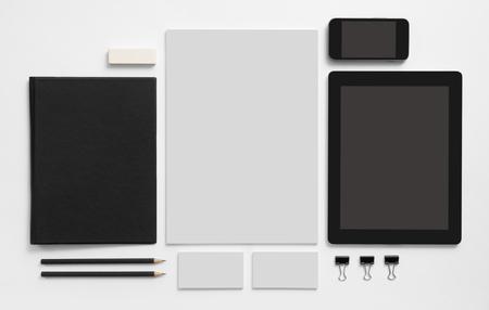 Branding maqueta. Conjunto de escritorio con la tableta y el teléfono móvil. Libreta Negro, tarjetas en blanco con membrete de la hormiga. Foto de archivo - 46526906