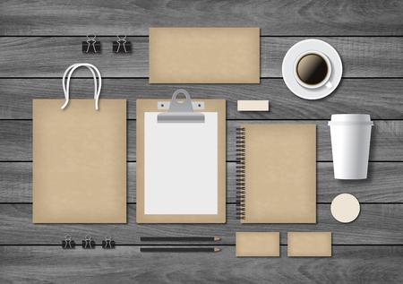 lapiz y papel: plantilla de la marca comercial maqueta en madera de fondo gris en el estilo de época antigua. Conjunto de artículos de papelería con un bloc de notas, tarjetas de visita y bolsa de la compra.