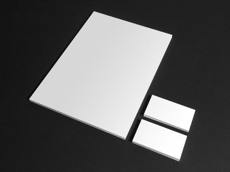papeleria: tarjetas de visita y un documento aislado en negro. Artículos de papelería plantilla de identidad corporativa maqueta.