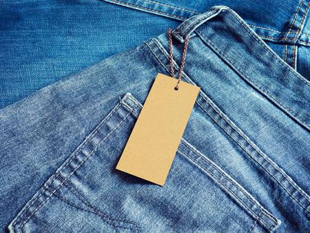 Label leeres Preisschild Mockup auf Blue Jeans Standard-Bild - 82860527