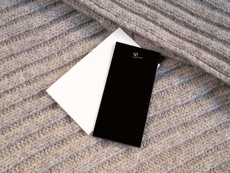 Blank zwei Etiketten Preisschilder Mockup auf Wolle. Standard-Bild - 83162399