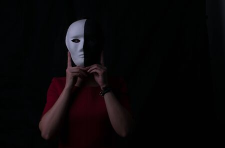 Black and white mask. Dark and light side. Be yourself, you do not need a mask. Suitable for mental health, life coach. 版權商用圖片