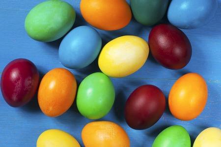 Huevos de Pascua pintados de colores sobre una mesa