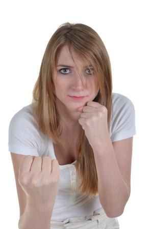 mujeres peleando: kickboxer mujer que trataba de golpear con la derecha uppercut, aislado más de blanco, se centran en el puño derecho