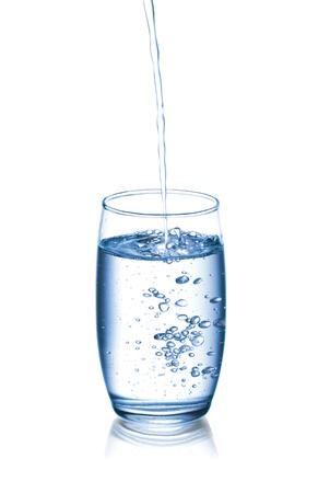 Fotografia di versare l'acqua in vetro, isolato su bianco