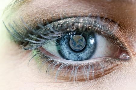 percepción: Ojo azul de la mujer con el Planeta Tierra