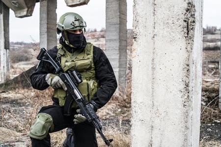 SWAT Anti-Terror-Soldat Spezialpolizei, die das Gewehr auf der Missionsschlacht hält