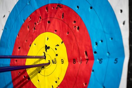 Nahaufnahme auf drei Pfeile in der Mitte Mitte des Ziels Ziel erreicht Erfolg Bogenschießen