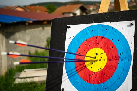 Gros plan sur trois flèches au centre de l'objectif cible réussi tir à l'arc Banque d'images